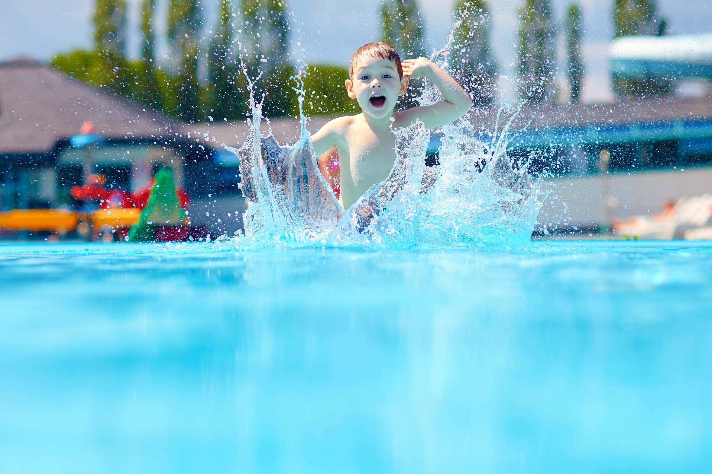 Bambino-nella-piscina